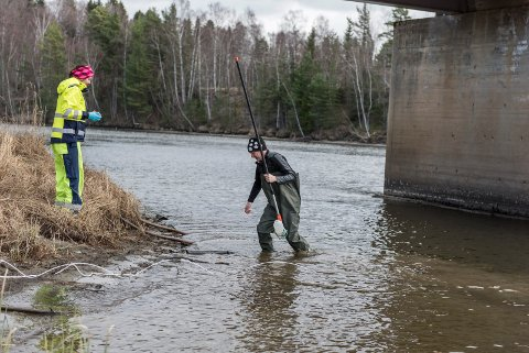 Prosjektingeniørene Geir Åsli og Gøril Aasen Slinde fra NGI leter etter giftstoffet PFAS i elvene rundt Tyrifjorden. Her ved Busund.