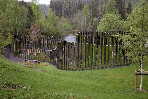 """STRID: """"Veien til Stillhet"""" av Jeppe Hein ble avduket i 2016 og er direkte inspirert av vannet, naturen og historien til Kistefos Museum. Museet er i strid med Bildende Kunstneres Hjelpefond om betaling av avgift knyttet til dette og tre andre verk på Kistefos."""
