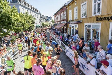 Ringeriksmaraton 2015: Vekslinger i Hønefoss sentrum.