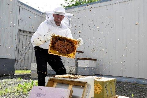 Daglig leder Thomas Haugseth er stolt av egen honningproduksjon – midt i Hønefoss sentrum.