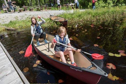Aktiv sommer: Tiril Louise Grønlie Rolfsen (17) er en av de som har sommerjobb på aktiv sommer. Med seg i kanoen har hun Olivia (8,5) som tar en padlepause i fiskingen.