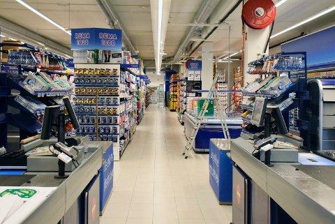 OMLEGGING: Rema 1000 skal gjøre jobben med varefremming selv. Det fører til at leverandører ser seg nødt til å redusere i arbeidsstokken. Ansatte i Rema-butikker vil ikke bli sagt opp som følge av endringen.