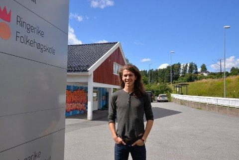 LÆRER: Jeg gleder meg til å begynne å undervise. Livet som folkehøgskolelærer er intenst, men givende, sier Kjetil Hallre.