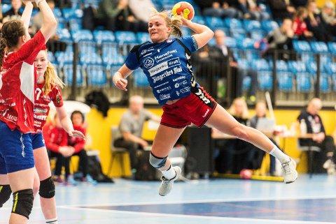 HØYTFLYVENDE HSK: Mina Gustavsen leverte viktige bidrag i den solide 35-27-seieren. Hun satte ti baller i nettet.