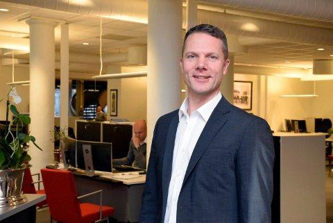 Thomas Rustad er ny daglig leder hos Eiendomsmegler1 Ringerike. Han frykter at det blir bygd litt for få leiligheter før byplanen er ferdig.