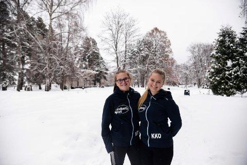 GLEDER SEG: Synne Kristine Hamborg og Karianne Kvissel Ohren leder nærmere 30 elever fra idrettslinjen ved Ringerike videregående skole i planleggingen av Barnas parkrenn. De gleder seg til å ta imot unge skientusiaster lørdag 3. februar i Søndre park i Hønefoss.