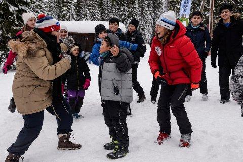 OL-floka: Voksne og barn danser OL-floka som avslutning på dagens økt ved Barnas skiskole til Skiforeningen. Her Soad Said og Åse Ragnhild Sveen med barna.