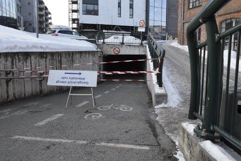 Stengt: Gangkulverten under Arnemannsveien er stengt i en periode. Kan du lese opp-ned, kan du også finne alternativ rute.