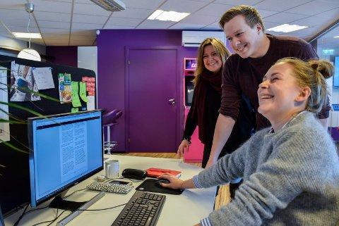 Gøy på jobb: Tiril Beatrix Uglum og Morten Grina Myhre stortrives som nyansatte i Catch media AS. Nå søker daglig leder Heidi Fauske (t.v.) etter en ny webutvikler.
