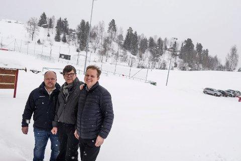 Her vil HIL bygge en fotballhall. Kjell Ivar Jevne, Bjørn Marseth og Atle Hunstad brenner for prosjektet som de presenterte i vinter.
