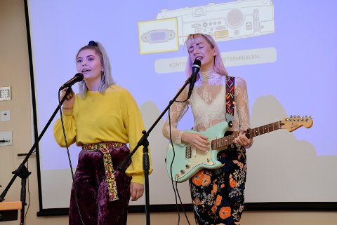 Her synger «Mellow» på Fagdagen til helsesøstrene. Fredag synger de i semifinalen i Norske Talenter på TV2.