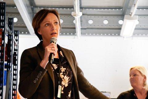 Kommunalsjef Christine Myhre Bråthen gjør den jobben hun skal gjøre når hun vurderer å legge ned sykehjemmene på Nes og Sokna, mener politikerne Anne Marit Lillestø og Helge Stiksrud.