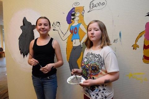 Dette liker vi: Sophie Pedersen (13) maler en ulv, mens Tuva Marie Brådalen Borge (12) maler en av karakterene sine.