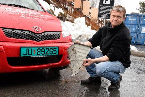 Heldig: – Dette kunne gått veldig galt, sier Kjetil Magnussen og viser fram metallklossen som løsnet fra en lastebil og traff han i fronten, på Steinssletta fredag.