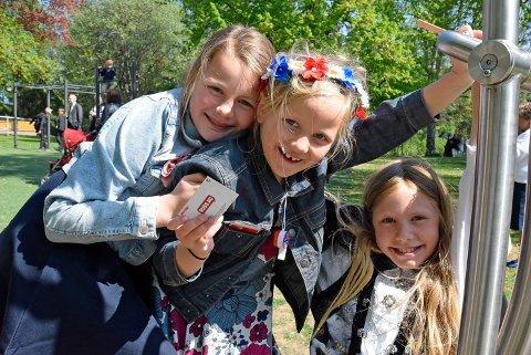 17. mai: - Det beste med 17. mai er å gå i tog. Og russekort, er denne gjengen enige om. Fra venstre Ebba Annie Røed (10), Lilly Margareth Røed (7), og Martine Finstad Hansen (10)