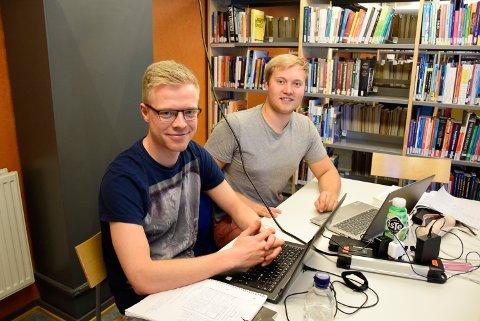 Bedre: - Det er bra at høgskolen blir universitet. Vi håper dette gir studentene bedre tilbud. Blant annet ønsker vi oss en skikkelig gymsal, sa siviløkonomstudent Kristian Ulleland (t.h.), og studentkollega Mats Haugerud Dahl som tar bachelor i økonom, var helt enig.