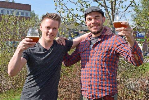 SKÅL: Emil André Larsen (t.v.) og Andreas Endrerud håper folk blir med på festivalen de arrangerer på Humbar.