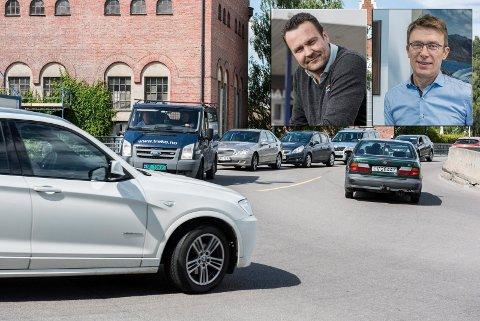 """FALL OG RUSH: Anders Larsen er redd den nye metoden kan gi et stort fall i nybilsalget. Erik Heiberg (til høyre) tror det kan bli et rush etter biler med """"gammel"""" avgift."""