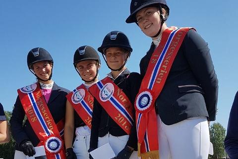 Fornøyde jenter på toppen av pallen etter gull sammenlagt i Norgesserien 2018! Line Brusletto, Ine Mossengen, Henriette Ekra Rimejordet og Vilde Langvandsbråten.