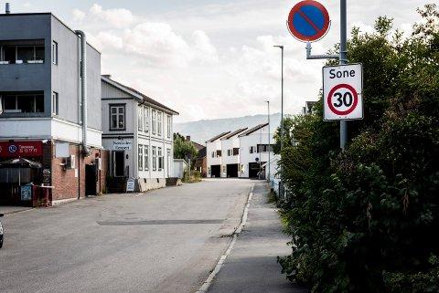 SKILT: Ringerike kommune satte opp parkering forbudt-skilter i nedre del av Ullerålsgata i fellesferien.