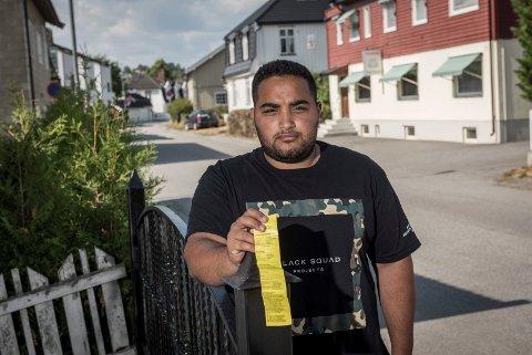 Ayman Abu Saleh parkerte lovlig, mens han var på ferie satte kommunen opp parkering forbudt-skilt og skrev ut bot på bilen.