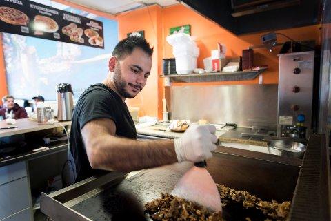Ungdommene bestiller hver sin kebab, og dermed har den travle lunchtiden startet for Givara Bakir.