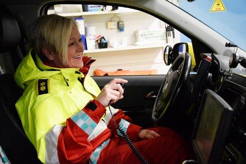 I farta: En ambulansesjåfør har mye av arbeidsplassen bak rattet. Hege Kathrine Hansen har alltid vært glad i litt action på jobb, og syns yrket som ambulansesjåfør er givende.
