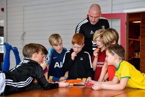 TRIVES MED BARNA: Når Frode Lafton forteller barna på HBK-akademiet om fotball, så lytter de.
