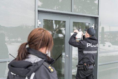 MANN TILTALT: Politiet undersøkte døren som mannen hadde brutt opp i Hønefoss kirke, der  kirkelig fellesråd har kontorer.