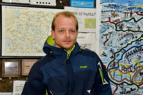 TØFF JOBB: Det ble ikke enkelt for Kjetil Gundersen å rydde løyper i Nordmarka, da trærne knakk under tyngden av den våte snøen.