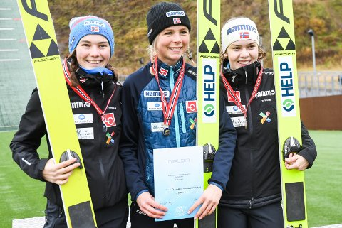 NM-SØLV: Silje Opseth kunne smile over sølvmedalje. Her sammen med vinneren Maren Lundby og Anna Odine Strøm på bronseplass.