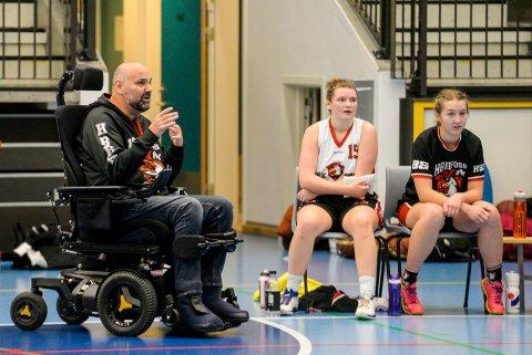 Fred Erlandsen er trener for HBBKs basketlag, hvor blant andre datteren Maria (midten) spiller.