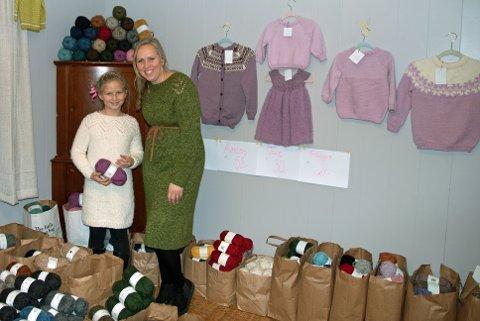 Niende år på rad: Martine Greftegreff med datteren Tomine (9). Tomine har ingenting imot å hjelpe til når mamma arrangerer julemarked for niende år på rad.