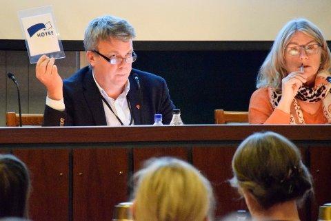 LEDIGE PLASSER: Varaordfører Dag E. Henaug (H) forsvarer vedtaket med mange ledige barnehageplasser. Ordfører Kirsten Orebråten (Ap) ved siden av.