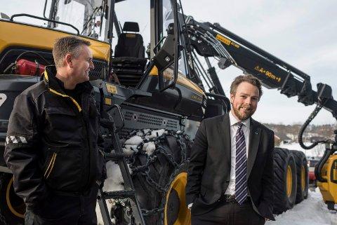 PÅ SUNDVOLLEN: Skogsmaskineier Ståle Fageraas sammen med næringsminister Torbjørn Røe Isaksen (H) på konferansen «Tømmer og marked».