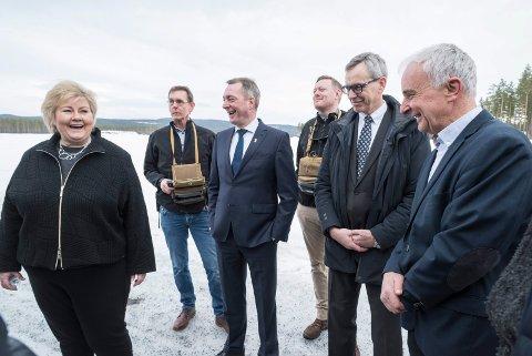 IMPONERT: Statsminister Erna Solberg skryter av miljøet på Eggemoen. Ola Tronrud (til høyre) har vært en viktig støttespiller for droneprodusenten Flir Systems.