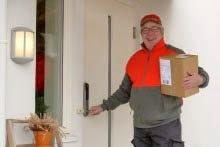 INNENFOR DØRA: Postbud Bjørn Tørseth er en av dem som tester ut den nye tjenesten i Vestfold.
