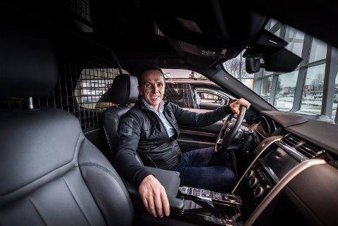 ANGLOFIL: Det er engelske biler som gjelder for Nils Kjetil Tronrud, som nå har startet salget av Bentley på Billingstad i Bærum. Bildet er tatt i en Land Rover fra åpningen av Motorpool Hønefoss.