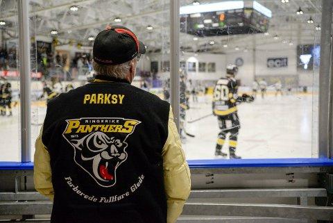 MÅL-VAKT: To personer står alltid klare til å bidra når isen skal kjøres og målene må flyttes. Blant dem er Larry Parks, pappaen til Panthers-spiller Dustin Parks, som alltid ser sønnen spille på nært hold.