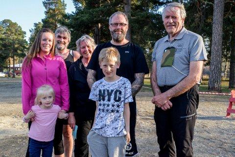 FAMILIETREFF: Nulløpgeneral Terje Sandlie hadde med seg både barn, barnebarn og oldebarn til sesongstarten i Schjongslunden.