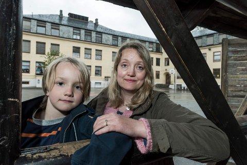 HÅP: Nina Gabrielsen og Jesper (8)  håper han kan fortsette å gå ved Hønefoss skole. De er glade for at skolekretsgrenser blir vurdert på nytt. På den måten kan Jesper kanskje slippe den lange skoleveien til Benterud.