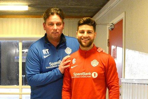 SCORET: JIF-trener Roger Tvenge sammen med en av målscorerne mot Svelvik, Bestun Hassan Mohammed.