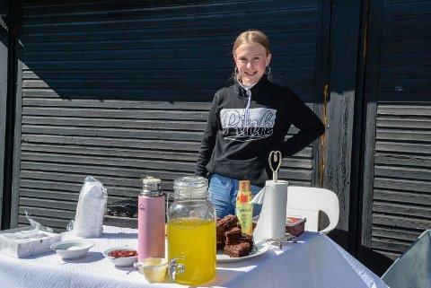 EKSTRA LOMMEPENGER: Molly (13) solgte kaffe, kaker, saft og vafler for å tjene litt ekstra penger til ferien.