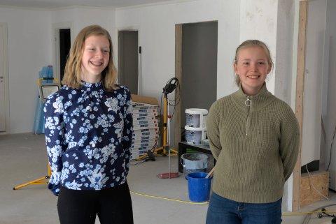 GLEDER SEG: Helene Mala Haga (15) og Ida Helen Bye (14) gleder seg til dette rommet blir et sosialt samlingspunkt, med kiosk, sofagrupper og garderober.
