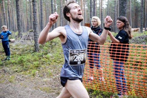 HANK WILLIAMS MINNELØP 2019: Daniel Olsen knytter nevene i triumf. Han var den raskeste i løpet.