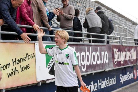 POPULÆR: Halvard Kvamme Urnes var spilleren alle ville ha en bit av etter at han scoret sitt første seniormål da Lillestrøm 2 ble slått 4-1 på Aka arena.