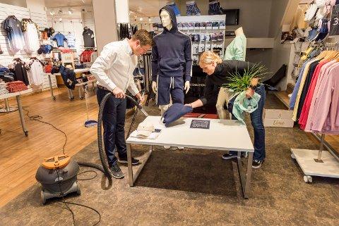 EKSTRA-ARBEID: Innbruddet hos Vic Tronrud ga både ekstra-arbeid og ergrelser for eier Thor Bård Gundersen og butikksjef Ann Kristin Hølen.
