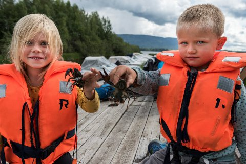 Svendsrud Natur- og Idrettsbarnehage har vært ute å fisket kreps. Milea (5) og Sondre (5).