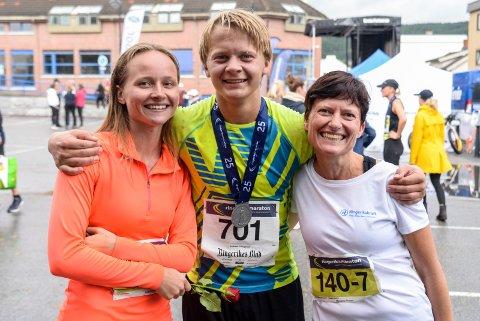 STOLT FAMILIE: Tante og kusine, Marianne og Emilie Farstad, heiet Andreas Lislegaard (16) til mål i sitt første helmaraton.