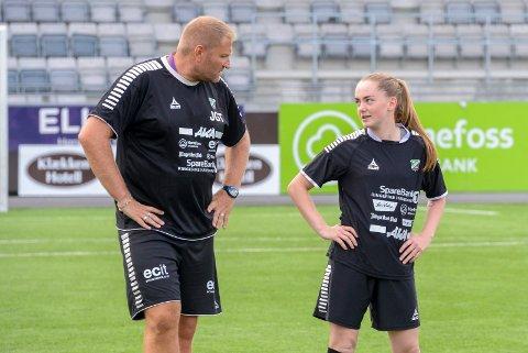 FRA START: Jan Gundro Thorstensen bruker Charlotte Haddeland i midtforsvaret mot ØHIL.